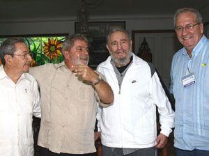 Presidente do Brasil e ex-Presidente de Cuba durante encontro em Havana. Fidel já posa com equipamentos da multinacional estadunidense (redebomdia.com.br)