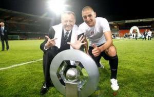 J.M.Aulas, presidente do Lyon, com Karim Benzema, a comemorarem o heptacampeonato francês consecutivo do clube (www.karim-benzema.net)