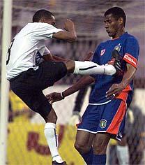 Campeonato Paulista de Full-Contact Coletivo sob Chuteiras em Relva: Corinthians x São Caetano. Ops! E ainda dizem que o Rugby é violento (www.lancenet.com.br)