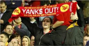 Torcedores do Liverpool contra a gestão do clube, executada por Estadunidenses (Tim Hales/AP)
