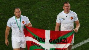 Barcella e Harinordoquy carregam bandeira Basca após a final do Mundial de Rúgbi de 2011, quando a França perdeu para a Nova Zelândia